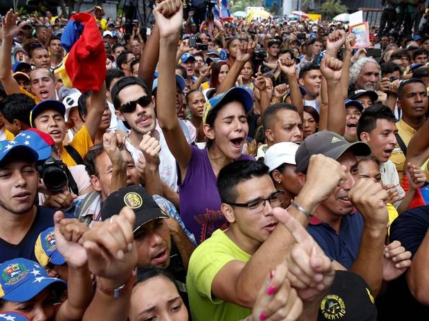 Opositores protestam nesta quarta-feira (25) em Caracas, na Venezuela, contra decisão que restringe protestos diante do Conselho Nacional Eleitoral e a favor do referendo revogatório contra o presidente Nicolás Maduro (Foto: REUTERS/Carlos Garcia Rawlins)