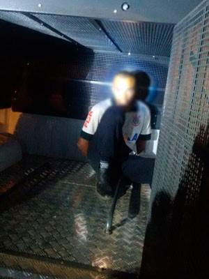 Suspeito foi preso com mulher amarrada em carro após estuprar outra vítima na Bahia. (Foto: Jadiel Luiz/Blog do Sigi Vilares)