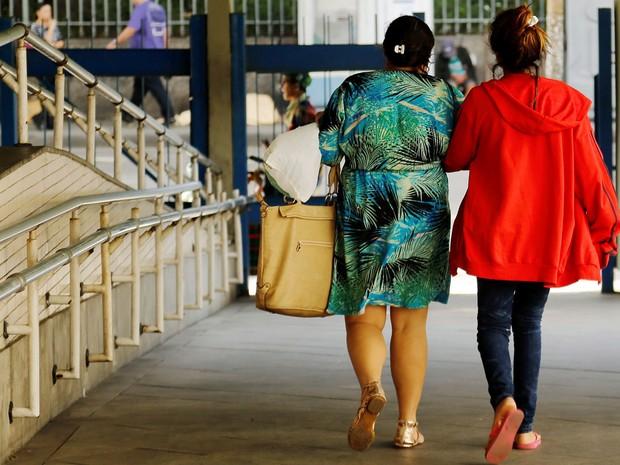 Adolescente de 16 anos deixa o hospital Souza Aguiar com a mãe após estupro coletivo no Rio (Foto: Gabriel de Paiva/Agência O Globo