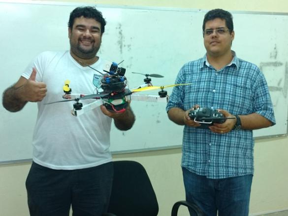 Cláudio Mendonça e o orientador, José Vigno, durante testes realizados com o projeto, na Uespi, Campus Piripiri (Foto:Ascom Uespi)