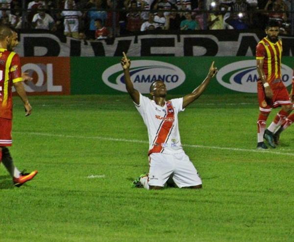 Viola marcou os dois gols do jogo (Foto: Victor Costa)