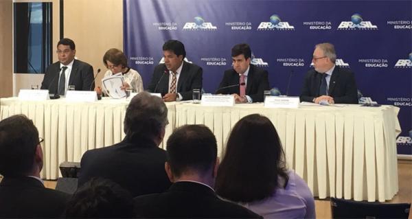 O ministro da Educação, Mendonça Filho (ao centro), em entrevista coletiva em Brasília nesta segunda (Foto: Tainá Sigmaringa/G1)