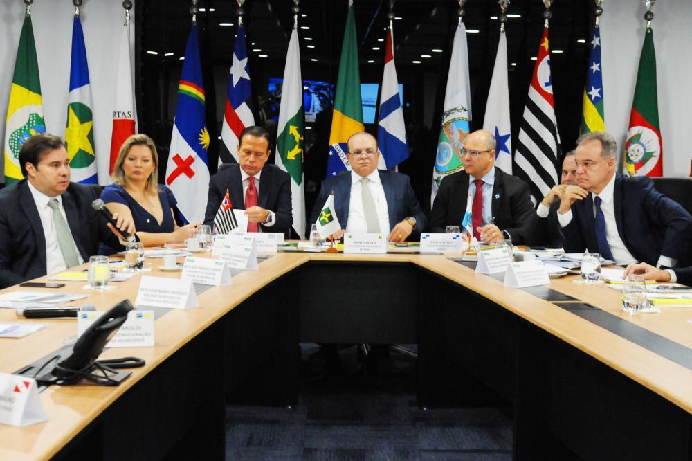 Rodrigo Maia, Joice Hasselmann e Samuel Moreira (D) em reunião com governadores em Brasília nesta terça-feira (11)